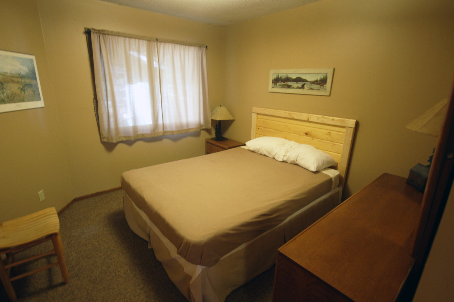 Bedroom with Queen bed - close to the main bathroom